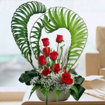 8 red roses basket