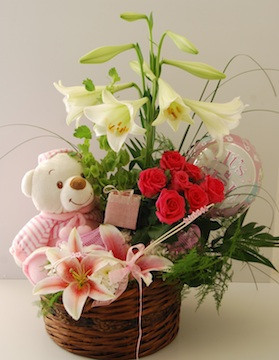 Basket with 6 red roses 2 white lilies and Teddy